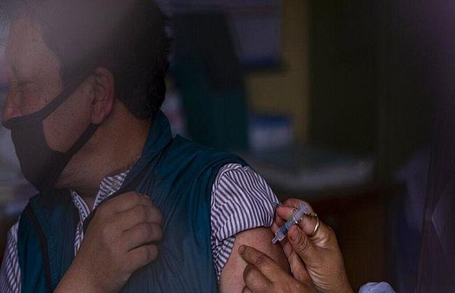 चीन से गिफ्ट में मिली वैक्सीन से नेपाल में फिर शुरू हुआ वैक्सीनेशन