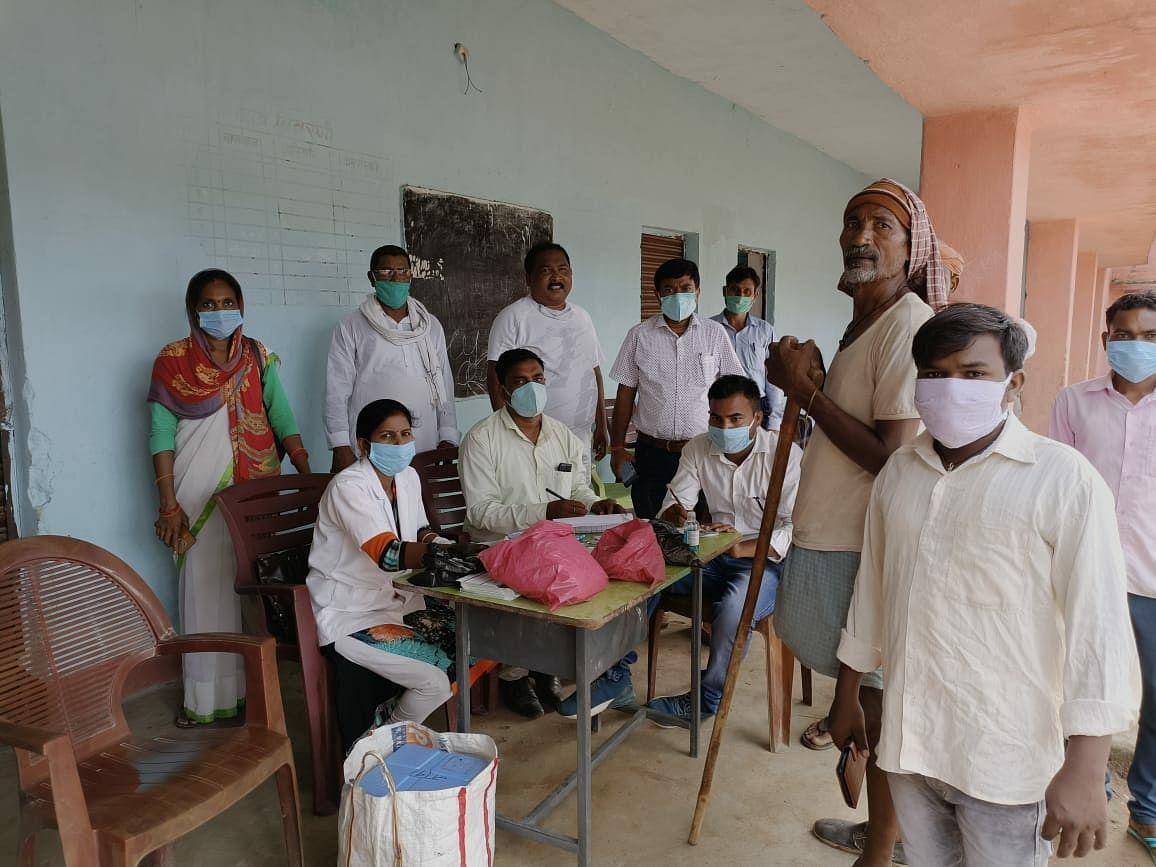 टाना भगत परिवार के 40 सदस्यों का टीकाकरण