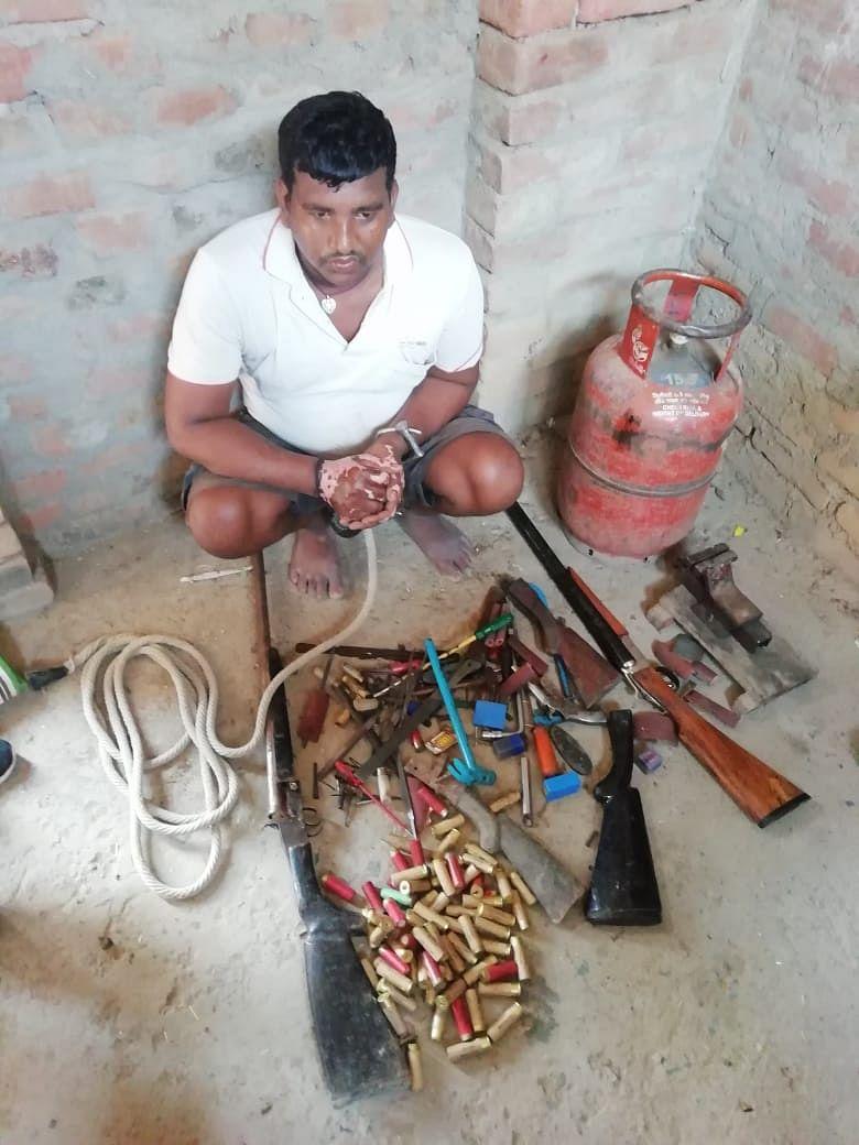 मुंगेर व भागलपुर पुलिस ने आज दो शस्त्र-तस्करों को ढेर आग्नेयास्त्रों के साथ पकड़ा: एक लघु बन्दूक कारखाना भी वरामद