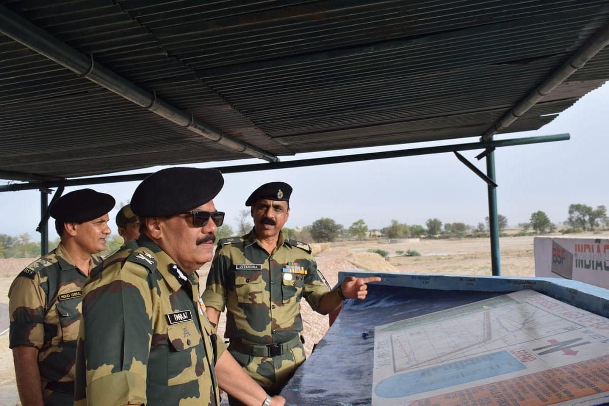बीएसएफ आईजी ने सीमा चौकियों का दौरा किया