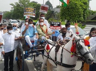 कांग्रेस: बढ़ते पेट्रोल डीजल के कीमतों पर प्रदर्शन, घोड़ा गाड़ी पर बैठकर जताया विरोध