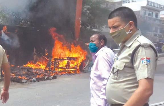 दो ट्रांसफार्मरों में आग से दुकान जलकर राख