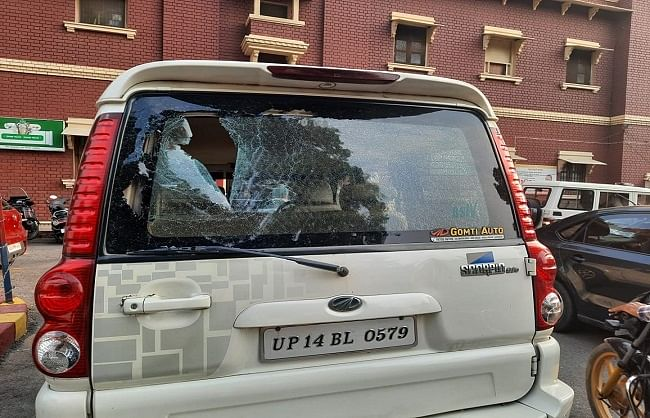 लखनऊ: वसीम रिज़वी के वाहन पर पथराव, कोतवाली में दी तहरीर