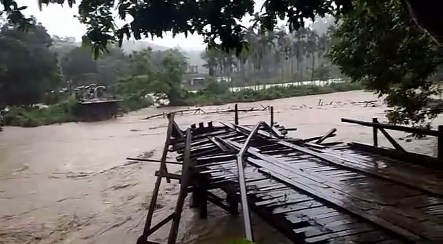 नदी के तेज बहाव में लकड़ी का पुल बहा, लोगों को हो रही परेशानी