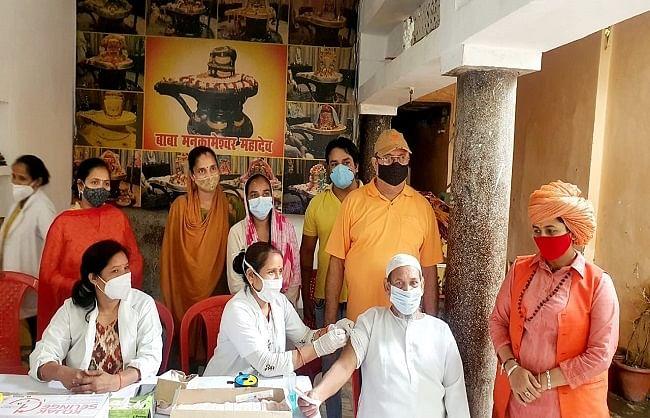 लखनऊ: सार्वजनिक टीकाकरण कार्यक्रम में उमड़ी भीड़, लोगों ने जतायी ख़ुशी