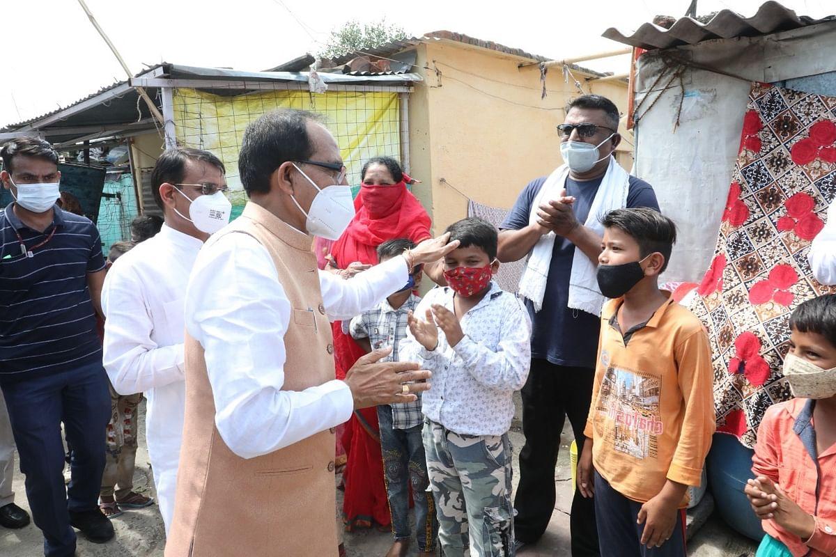 मुख्यमंत्री ने एक किमी पैदल चलकर लोगों को वैक्सीनेशन के लिए किया प्रेरित