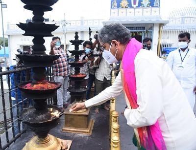 chief-justice-nv-ramana-offered-prayers-at-tirupati-temple