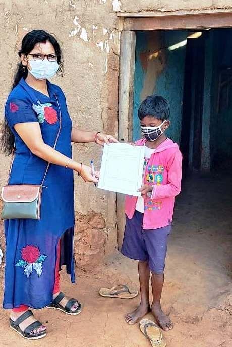 रायपुर : बच्चों को घर-घर जाकर शिक्षकों द्वारा दिया जा रहा प्रोजेक्ट वर्क