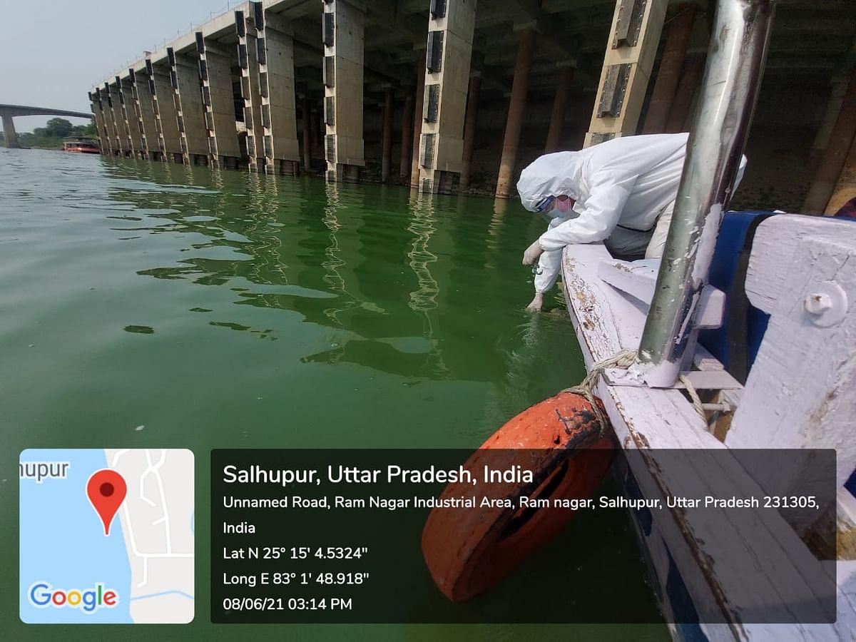 गंगा नदी में बायोरेमेडीऐशन सोलुशन स्प्रे करके हरे शैवाल का उपचार