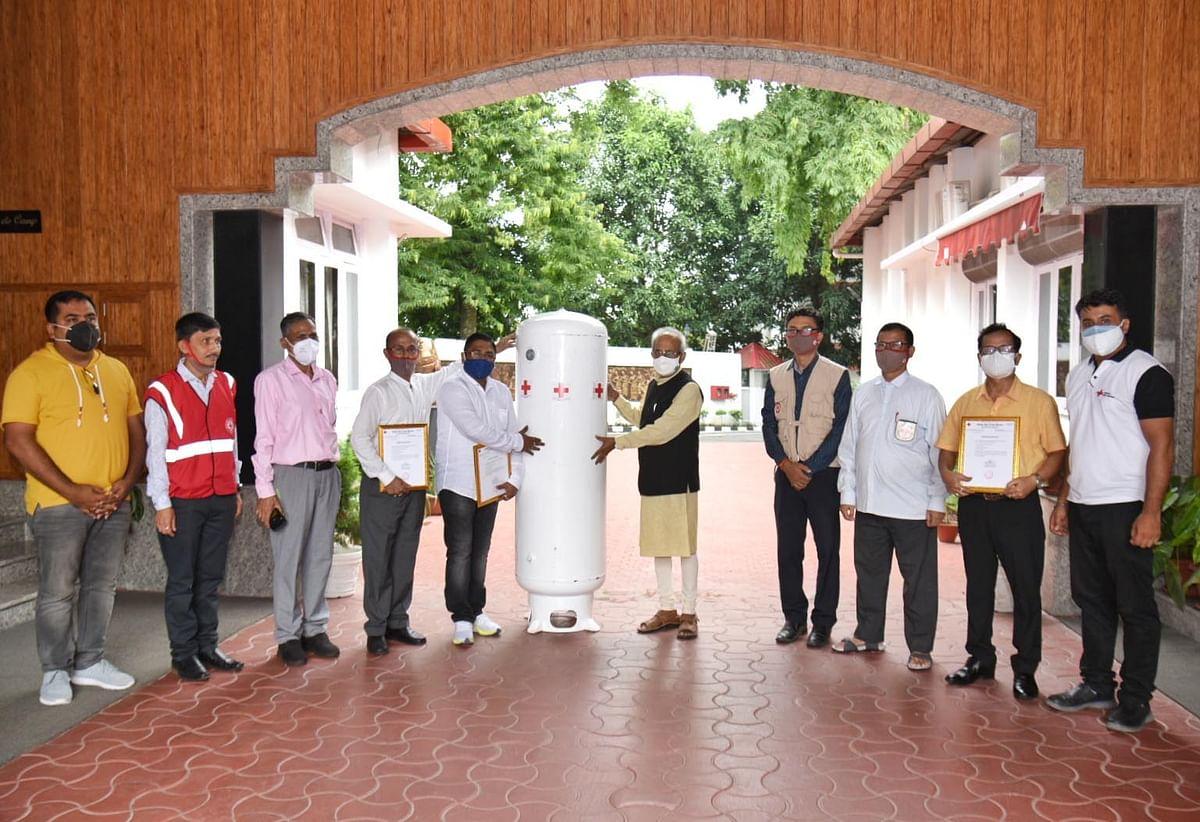 राज्यपाल ने भारतीय रेडक्रॉस अस्पतालों को ऑक्सीजन जनरेटर सौंपे