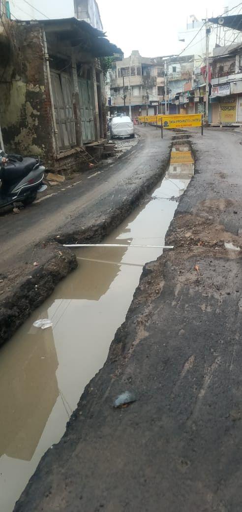 बारिश का मौसम और टाटा द्वारा सीवरेज पाइपलाइन के लिए खोदी जा रही सड़कें