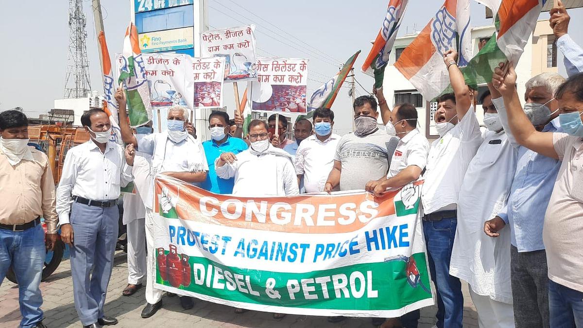 पेट्रोल-डीजल की कीमतों में बढ़ोतरी के विरोध में दयालाचक में कांग्रेस कार्यकर्ताओं ने किया प्रदर्शन