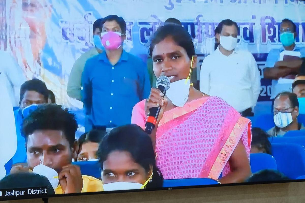 रायपुर : वन धन विकास योजना : पोरतेंगा की महिलाओं को मिल रहा है साल बीज का अच्छा दाम