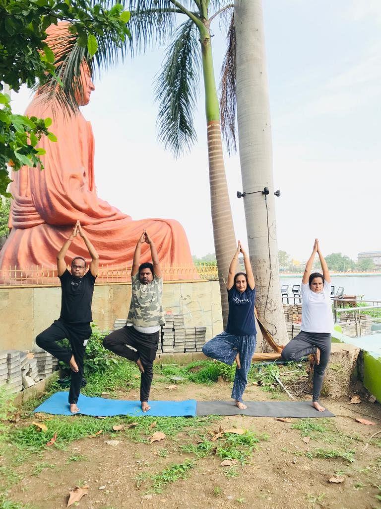 रायपुर : ऐतिहासिक विवेकानंद सरोवर उद्यान में 'वर्चुअल योग मैराथन' में शामिल हुए युवा