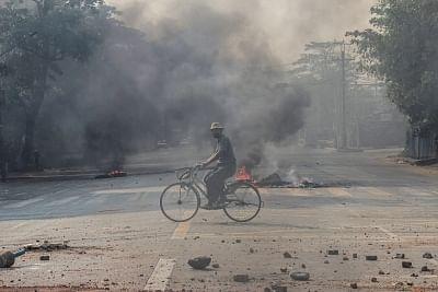 म्यांमार के गांव में संघर्ष के बाद लगी आग, कम से कम दो की मौत