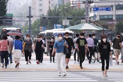 साउथ कोरिया के सियोल में सोशल डिस्टेंसिंग में कड़ाई