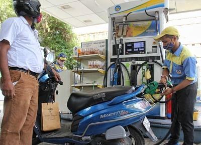 ईंधन की कीमतें लगातार 8वें दिन रिकॉर्ड स्तर पर अपरिवर्तित रहीं