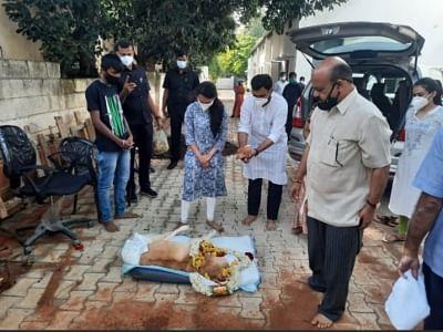 कर्नाटक के गृहमंत्री बोम्मई व परिवार ने कुत्ते सनी को अश्रुपूर्ण विदाई दी