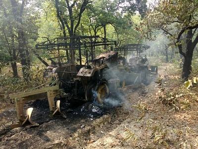 झारखंड में नक्सलियों ने 6 सड़क निर्माण वाहन जलाए