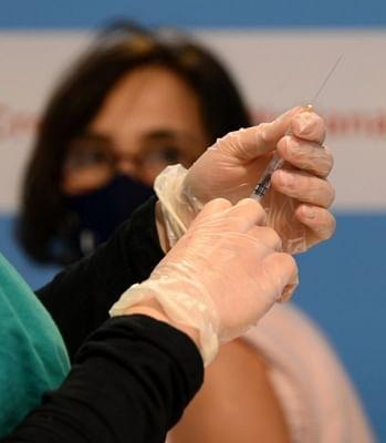 इटली में स्वास्थ्य कर्मियों को लिए कोविड टीकाकरण कराना अनिवार्य