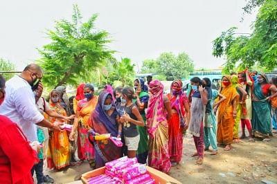 पावरलिफ्टर गौरव शर्मा ने दिल्ली में आर्थिक रूप से कमजोर महिलाओं को मुफ्त सैनिटरी पैड बांटे