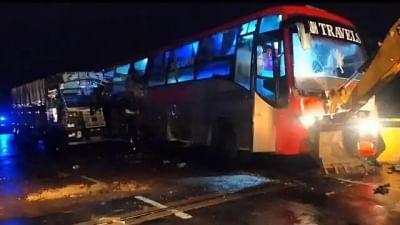 यूपी के बाराबंकी में डबल डेकर बस को ट्रक ने मारी टक्कर, 18 की मौत(लीड-1)