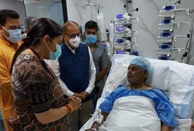 कल्याण सिंह से मिलने अस्पताल पहुंची स्मृति ईरानी (लीड-1)
