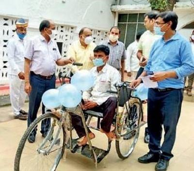 मुख्यमंत्री के निर्देश के बाद लखीमपुर पहुंचते ही दिव्यांग को मिली ट्राई साइकिल
