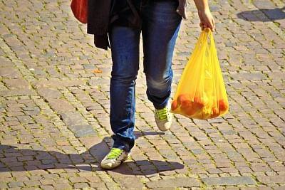 पटना को प्लास्टिक मुक्त बनाने के लिए अनोखी पहल : पुराने कपड़े देकर थैले लीजिए