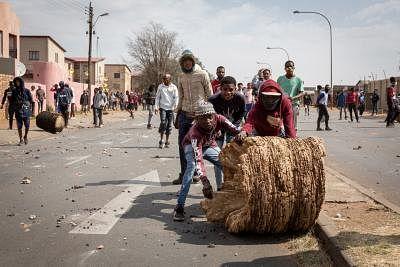 दक्षिण अफ्रीका ने हिंसक विरोध प्रदर्शनों को रोकने के लिए सेना तैनात की