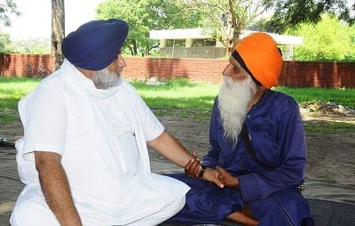 सुखबीर बादल ने किसानों के समर्थन के लिए बुजुर्ग प्रदर्शनकारी से मुलाकात की