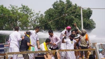 पंजाब के मुख्यमंत्री आवास के पास विरोध कर रहे आप कार्यकर्ताओं पर पानी की बौछार