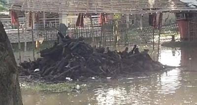 बिहार में बाढ के पानी ने अब श्मशान घाटों पर भी बढ़ाई लोगों की मुश्किलें