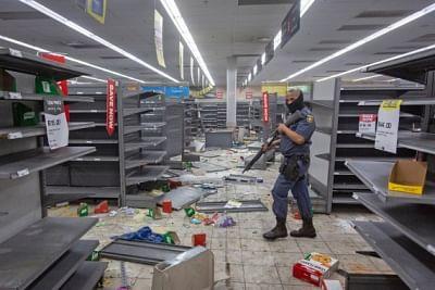 दक्षिण अफ्रीका : हिंसा फैलाने वाले संदिग्धों के खिलाफ मुकदमा चलाने की अनुमति देगी सरकार