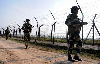 जम्मू-कश्मीर के अरनिया सेक्टर में बीएसएफ ने उड़ने वाली वस्तु को भगाया
