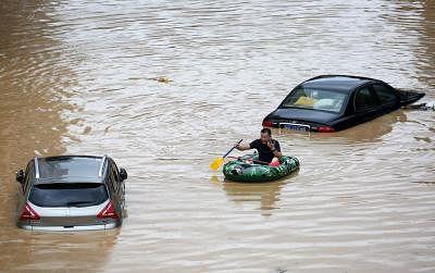 चीन में बाढ़ से हजारों लोगो हुए बेघर, मूसलाधार बारिश के कारण स्टेशन और सड़कें जलमग्न
