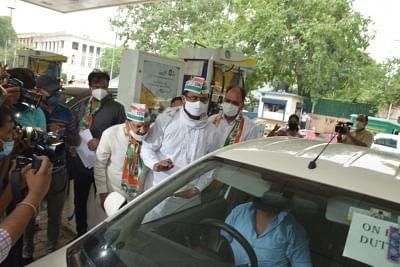 दिल्ली कांग्रेस ने सभी पेट्रोल पम्पों पर चलाया हस्ताक्षर अभियान