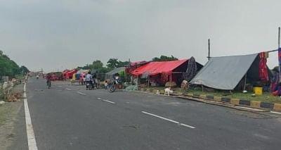 बिहार : जब गांव, घर, खेत पानी में डूबे, तो सड़क किनारे बनने लगे आशियाने
