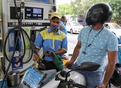वैश्विक कच्चे तेल की दरों को ओएमसी ने पेट्रोल, डीजल की कीमतों को नियंत्रण में रखा
