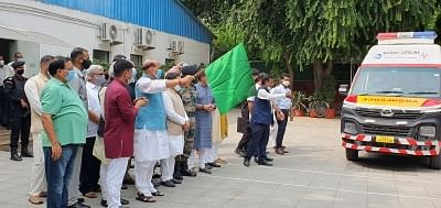 राजनाथ सिंह ने सेना को दान में दी गई 5 एंबुलेंस को दिखाई हरी झंडी