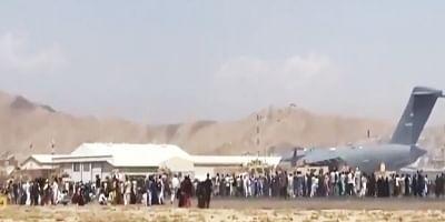 काबुल एयरपोर्ट पहुंचने की कोशिश कर रहीं महिलाओं और बच्चों को पीटा गया