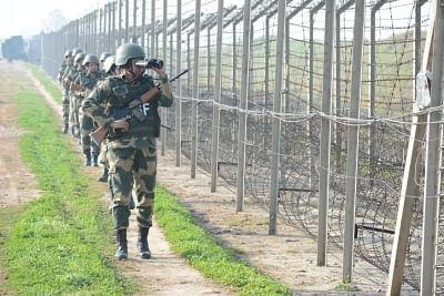 जम्मू में भारत-पाक सीमा पर बीएसएफ ने उड़ने वाली वस्तु पर फायरिंग करके उसे भगाया