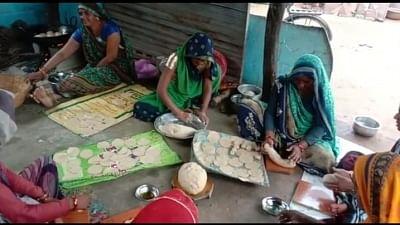 मप्र : शिवपुरी में स्व-सहायता समूह की महिलाएं बना रहीं बाढ़ पीड़ितों के लिए खाना