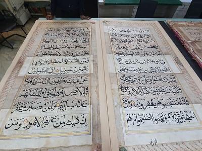 नई दिल्ली: 18 वर्ष में लिखी गई 250 साल पुरानी, 6 फिट लंबी कुरान को दी जा रही पुरानी शक्ल