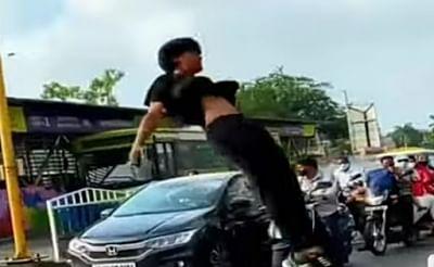 इंदौर में सड़क पर डांसिंग गर्ल के बाद जंपिंग बॉय का वीडियो सामने आया