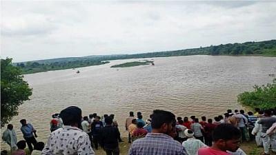 वर्धा नदी में ओवरलोड नाव पलटी, 11 लोगों के मौत की आशंका