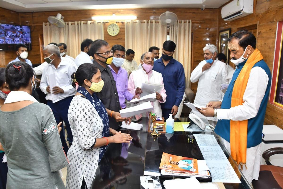 उप मुख्यमंत्री केशव प्रसाद मौर्य ने लगाया जनता दरबार, सुनी लोगों की समस्याएं