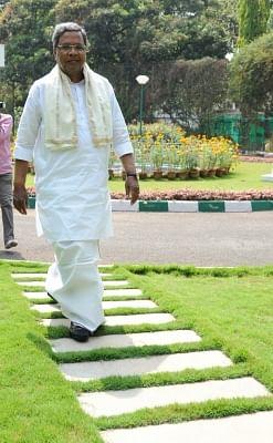 डीके शिवकुमार व सिद्धारमैया बैलगाड़ियों पर सवार होकर पहुंचे कर्नाटक विधानसभा
