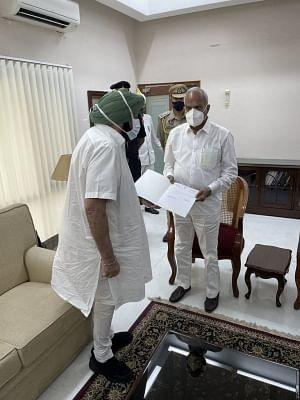 पंजाब के मुख्यमंत्री अमरिंदर सिंह ने राज्यपाल को सौंपा इस्तीफा (लीड-1)