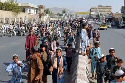 परिवार का पेट भरने के लिए सड़क किनारे अपना घरेलू सामान बेचने को मजबूर अफगानी नागरिक